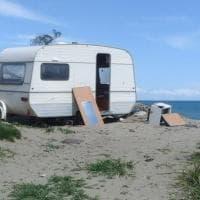 Metaponto, la spiaggia è una discarica: frigoriferi in mare e una roulotte abbandonata