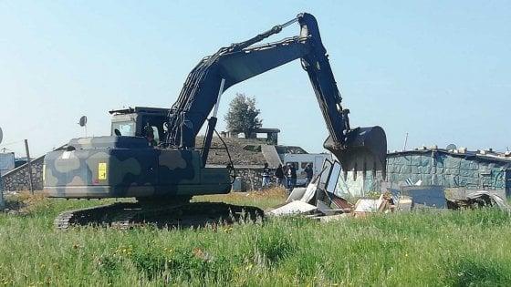 Foggia, a Borgo Mezzanone ruspe in azione: demolite le baracche. Ai migranti proposto trasferimento