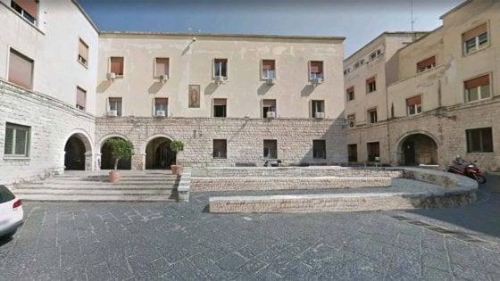 Bari, aggredisce assistente sociale e due vigili nella sede dell'assessorato al Welfare: fermato un 24enne