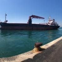 Il mercantile arenato lascia Bari dopo 2 mesi: Efe Murat s'incagliò durante la tempesta