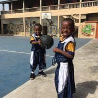 Solidarietà, dal Bari al Ghana mille completi da basket per i bambini: loro ringraziano così