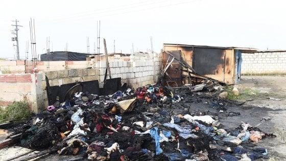 """Rogo in un ghetto a Foggia, muore un migrante. Salvini: """"I grandi insediamenti sono un problema"""""""