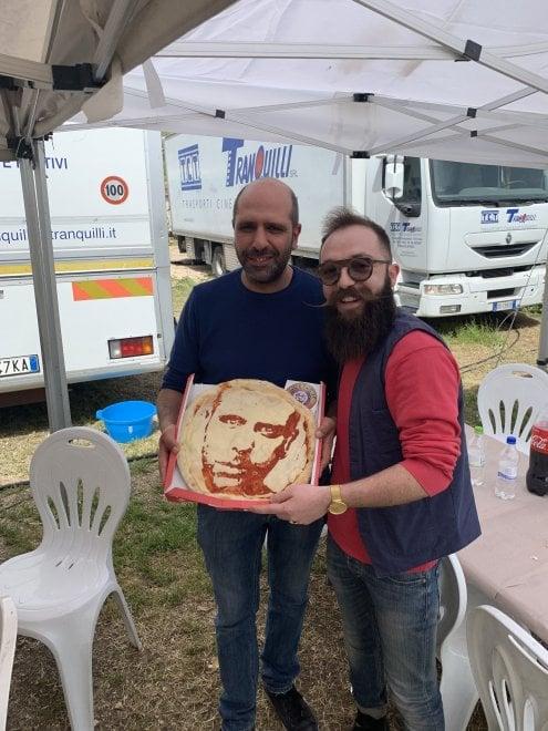 Il volto di Checco Zalone sulla pizza: l'omaggio del pizzaiolo-fan conquista il comico