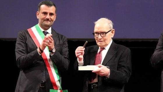 """Bif&st, le chiavi della città di Bari a Ennio Morricone: """"Le dedico alla rinascita del Petruzzelli"""""""