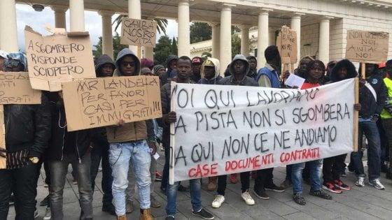 """Caporalato, protestano i migranti di Borgo Mezzanone: """"Stanchi di essere sfruttati per 3 euro l'ora"""""""