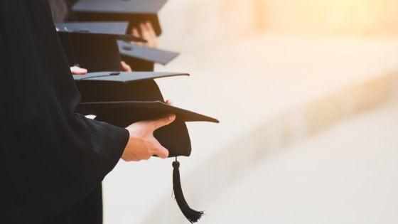 """""""Se ti vuoi laureare vieni nuda, indossa solo la toga"""": prof dell'Università di Bari indagato per abusi sessuali"""