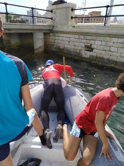 Rifiuti in mare dopo San Nicola, puliscono i canottieri Barion