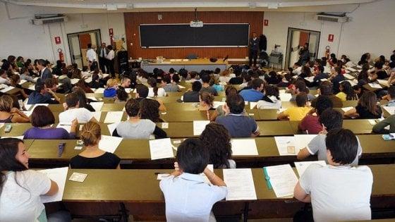 """""""Indossa intimo color salmone"""", le richieste del prof dell'Università di Bari per un 30 e lode"""