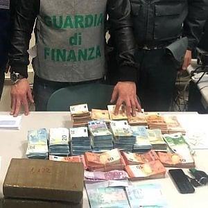 Bari, sette chili di cocaina e 150mila euro scoperti su un camion fra le patate surgelate