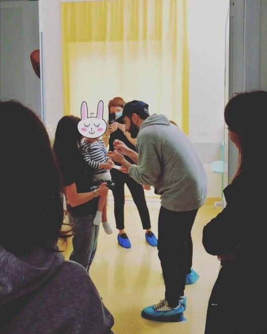 Bari, Marco Mengoni a sorpresa fra i bimbi del reparto di Oncoematologia del Policlinico