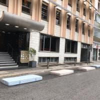 Bari, materassi in piazza Moro per tenere il posto al camion