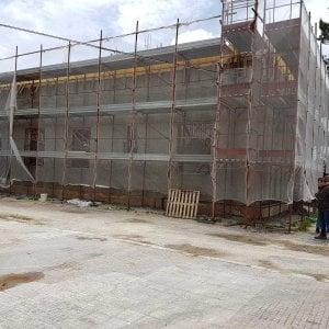 Brindisi, crolla il solaio di una palestra scolastica durante i lavori: grave un operaio