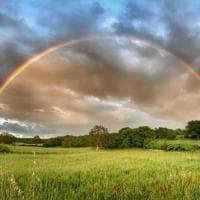 L'arcobaleno è perfetto: la Murgia sembra un dipinto