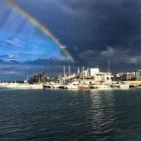 Bari, l'arcobaleno sul lungomare squarcia il cielo: da un lato le nubi, dall'altro il sereno