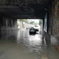 Bomba d'acqua su Bari, automobilista intrappolato nel sottopasso: salvato dai vigili
