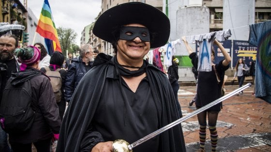"""Salvini a Lecce, piazza vietata a manifestante mascherato: """"Digos, sono Zorro: mi state cercando"""""""
