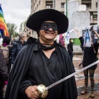 """Salvini a Lecce, piazza vietata a manifestante mascherato: """"Digos, sono Zorro: mi state..."""