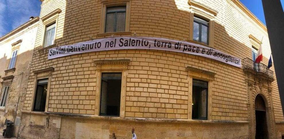 """""""Salvini benvenuto in terra d'accoglienza', a Lecce striscione sulla Provincia a guida Pd"""