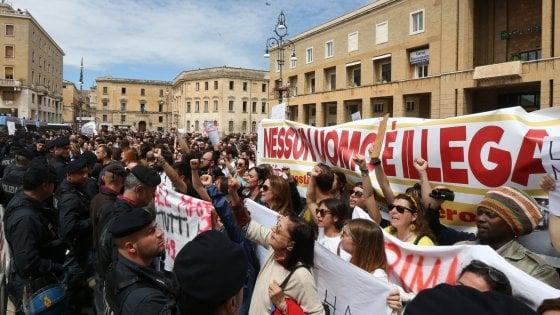 """Salvini contestato in piazza a Lecce: """"Resitituisci i 4"""
