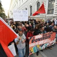 Salvini a Bari, contestazione in piazza: centinaia di manifestanti, molti sono mascherati...