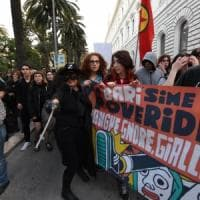 Salvini in Puglia, contestazioni da Lecce a Bari: i manifestanti vestiti