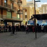 Ironia della sorte, a Bari il palco di Salvini davanti all'insegna della boutique '49' (come i milioni della Lega)