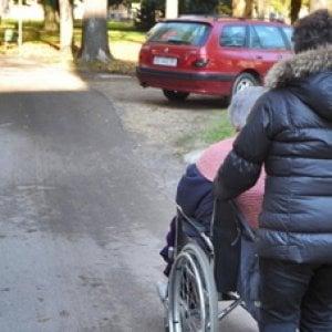 Bari, 70enne lasciato solo, a digiuno e senza cure: badante arrestata per maltrattamenti