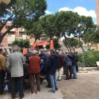 Il raduno degli umarell a Bari: accanto al nuovo cantiere si gioca anche a carte