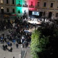 """Bari, al comizio di Di Rella 200 in piazza e Berlusconi al telefono: """"Verrò a festeggiare"""""""