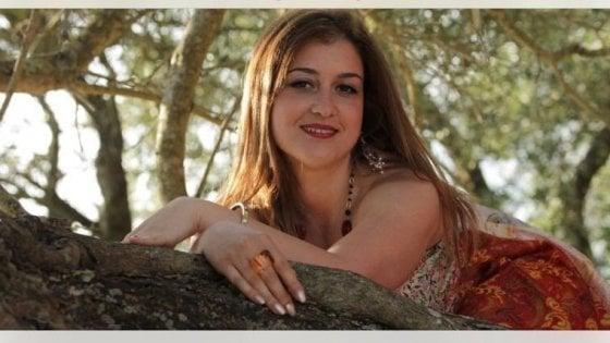 """Lecce, riaperto il caso su 37enne morta. La sorella gemella: """"Non ci si suicida con 4 coltellate alla gola"""""""