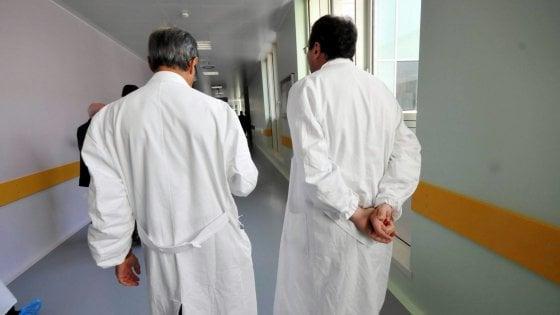 """""""Mandami i malati di tumore"""" e tenta di corrompere collega: sospeso medico di una clinica privata"""