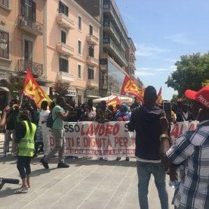 """Migranti, a Foggia la protesta dei braccianti: """"Diritti a prescindere dal colore della pelle"""""""