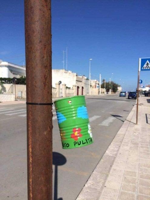 Bari, vecchi barattoli per raccogliere le cicche di sigaretta: a Santo Spirito la lotta ai rifiuti è creativa