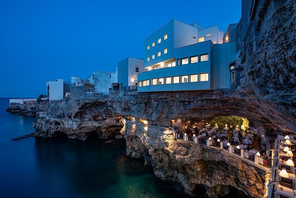 """Grotta palazzese riapre, a Polignano le suite a strapiombo sul mare dove """"è vietato tuffarsi"""""""