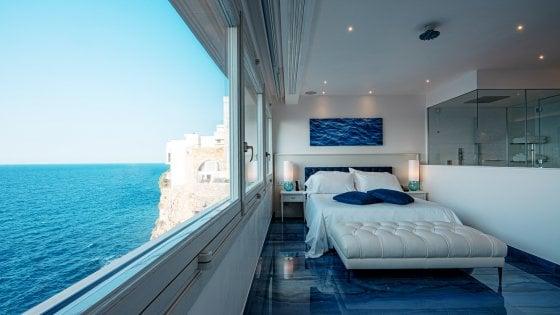 A Polignano suite da 2.500 euro a notte per dormire a picco sul mare: dal 1° luglio riapre Grotta Palazzese