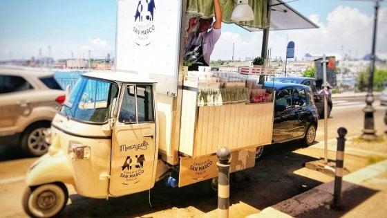 Mozzarella in versione street food: in Puglia davanti alla spiaggia arriva l'apecar
