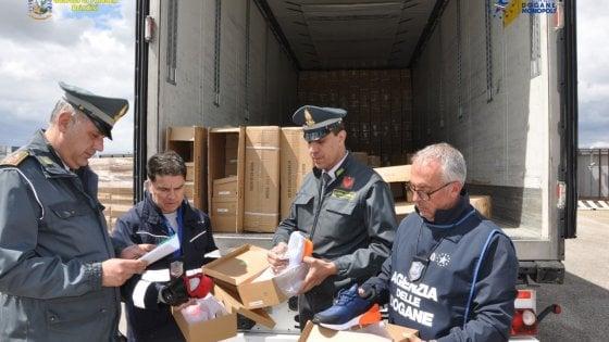 Brindisi, carico di scarpe da ginnastica contraffatte da 1 milione e 800mila euro: maxi sequestro al porto