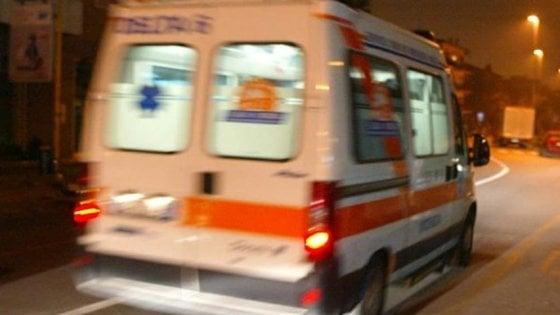 Bari, la moto si scontra con un'auto e prende fuoco: 19enne muore sulla statale 16