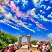 Sembrano nuvole, sono fuochi d'artificio: lo spettacolo del cielo colorato a Trani