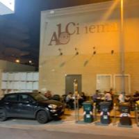 Bari, all'ingresso del cinema Abc tavolini di plastica della pizzeria: