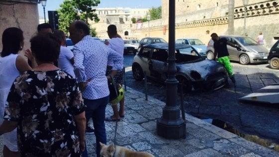 Bari, automobile carbonizzata davanti al castello: i resti sotto gli occhi di turisti e residenti