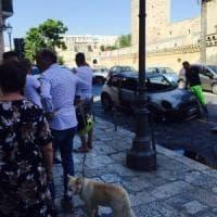 Bari, automobile carbonizzata davanti al castello: i resti sotto gli occhi