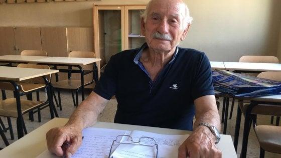 """Esame di terza media a 83 anni per nonno Domenico: """"L'ho fatto per leggere favole ai miei nipotini"""""""