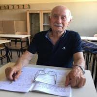 """Esame di terza media a 83 anni per nonno Domenico: """"L'ho fatto per leggere favole ai miei..."""