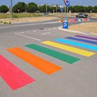 Taranto, strisce pedonali e spartitraffico arcobaleno: lo street artist colora la periferia