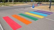 Strisce pedonali colorate la street art è arcobaleno