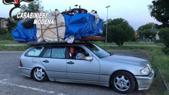 Carica camera da letto sull'auto per trasportarla da Bari a Savona in autostrada, gli ritirano la patente
