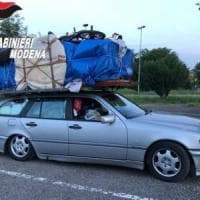 Carica camera da letto sull'auto per trasportarla da Bari a Savona in autostrada,