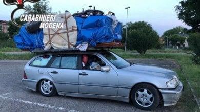 Camera da letto sull'auto per trasportarla  fino a Savona in autostrada: patente ritirata