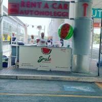Bari, in aeroporto l'anguria diventa street food: il chiosco di Bartolomeo conquista i turisti